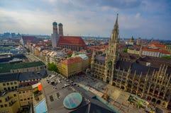 慕尼黑,德国- 2015年7月30日:显示美丽的市政厅大厦的壮观的图象,采取从俯视的上流  库存照片