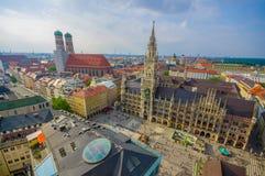 慕尼黑,德国- 2015年7月30日:显示美丽的市政厅大厦的壮观的图象,采取从俯视的上流  库存图片
