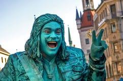 慕尼黑,德国- 2011年10月16日:街道Marienplatz的笑剧演员,挣钱作为一个铜雕象 演员欢迎 图库摄影