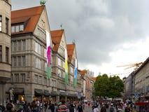 慕尼黑,德国- 2012年5月29日:走通过Neuhauser街道的人们在慕尼黑 库存照片