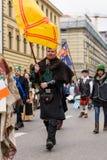 慕尼黑,巴伐利亚,德国- 2016年3月13日:中古的衣裳的人们在圣帕特里克` s天游行 免版税图库摄影