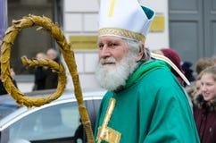 慕尼黑,巴伐利亚,德国- 2016年3月13日:作为爱尔兰主教假装的老人在2016年3月13日的圣帕特里克` s天游行 库存图片