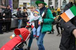 慕尼黑,巴伐利亚,德国- 2016年3月13日:关闭在与婴孩的爱尔兰家庭在圣帕特里克` s天游行 库存图片