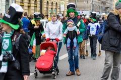 慕尼黑,巴伐利亚,德国- 2016年3月13日:关闭在与婴孩的爱尔兰家庭在圣帕特里克` s天游行 库存照片