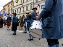 慕尼黑,巴伐利亚,德国- 2016年3月13日:关闭在传统巴法力亚衣物人的鼓手圣帕特里克` s天巴拉 免版税库存图片