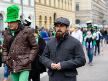 慕尼黑,巴伐利亚,德国- 2016年3月13日:关闭在有胡子的典型的看起来的爱尔兰人在圣帕特里克` s天游行 免版税库存照片