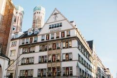 慕尼黑, 2017年12月29日:在Marienplatz广场的Hirmer大厦 图库摄影