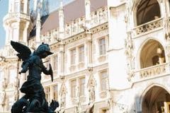 慕尼黑, 2017年10月29日:天使战士雕象在Marienplatz 库存照片