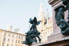 慕尼黑, 2017年10月29日:天使战士雕象在Marienplatz 免版税图库摄影