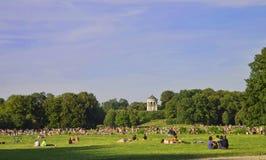 慕尼黑, Englischer Garten在一个夏日 库存图片