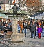 慕尼黑, Viktualien的Markt人们在市中心 库存照片