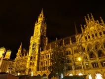 慕尼黑Marienplatz广场的,慕尼黑,巴伐利亚新市镇霍尔美好的夜视图  库存照片