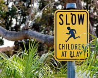 减慢…孩子在戏剧路牌 图库摄影