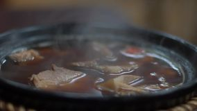 慢动作一碗晚餐的马来的牛肉面条在一家亚洲餐馆 股票录像