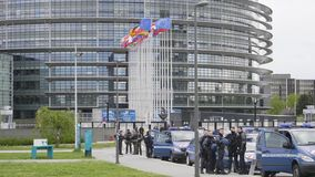 慢动作与警察的欧洲议会总部 股票录像
