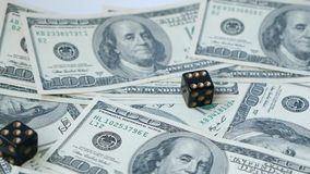 慢动作两黑模子,胡扯,投掷在美元背景, 赌博的概念 影视素材