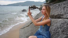 慢动作使用片剂射击录影的旅客女孩在海边 股票录像