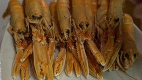 慢动作侍者一只海螯虾为盘海鲜吃饭的客人餐馆做准备 股票录像