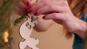 慢动作关闭妇女装饰圣诞树用野兔 影视素材