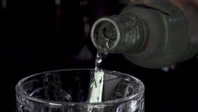 慢动作净水涌入玻璃,并且照相机移动 股票录像