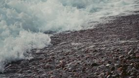 慢动作包括Pebble海滩的射击了泡沫似的海海浪 股票录像