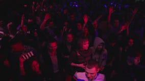 慢动作吊臂射击了在大迪斯科聚会的跳舞人群在闪光灯光 影视素材