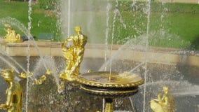 慢动作喷泉盛大小瀑布在Pertergof 影视素材