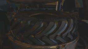 慢动作在开放保护者形式的拖拉机轮胎 股票视频