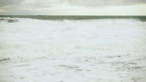 慢动作大泡沫似的波浪在灰色海 股票录像