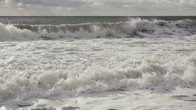 慢动作大泡沫波浪滚动对岸 影视素材
