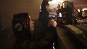 慢动作女孩在夜总会调整在设备的音乐放音 股票视频