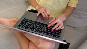慢动作女孩坐床冲浪的互联网在笔记本 影视素材