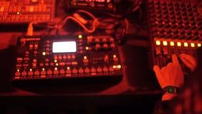 慢动作女孩增量音乐容量调整在设备的声音 影视素材