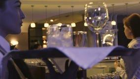慢动作女服务员运载有玻璃的盘子有很多饮料 影视素材