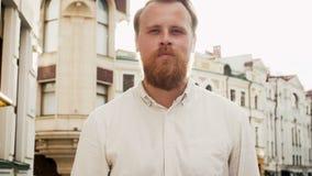 慢动作定了调子有红色胡子的走在街道上的确信的时髦的人英尺长度在日落 股票录像