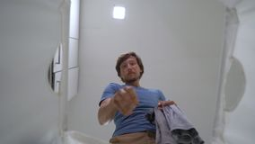 慢动作射击 从一个肮脏的洗衣篮的看法怎么在它的一块年轻人投掷肮脏的布料 家务概念 ?? 影视素材