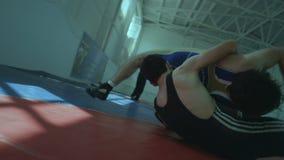 慢动作希腊罗马摔跤比赛摔跤手做推力 股票录像