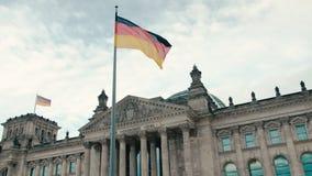 慢动作德国的旗子以联邦议会的大厦的为背景-议会在中心  股票录像