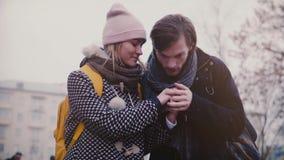 慢动作愉快的微笑的年轻欧洲男人和妇女在一个日期走一起获得乐趣在一个冷的多雪的冬日 股票录像