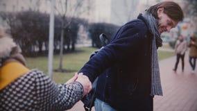 慢动作愉快的微笑的年轻白种人浪漫夫妇在多雪的冬日一起分享乐趣时间在日期外面 股票录像