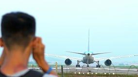 慢动作摄影师拍喷气机飞机的照片为做准备离开 股票录像