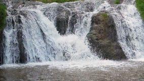 慢动作瀑布特写镜头通过大岩石 股票录像
