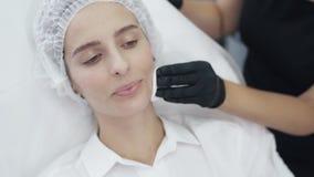 慢动作特写镜头医生的手消毒并且清洗患者的皮肤与棉花圆盘在射入前 股票录像