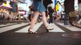 慢动作生活方式走横跨拥挤街道的被射击美好的年轻女性腿在时报广场,NY的晚上 影视素材