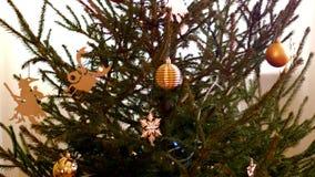 慢动作用玩具和诗歌选装饰的圣诞树 股票视频