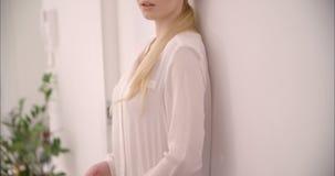 慢动作的年轻白肤金发的女孩 影视素材