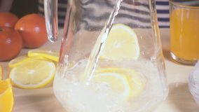 慢动作苏打涌入有柠檬切片的一个蒸馏瓶 影视素材