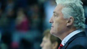 慢动作英俊的灰发的教练观看比赛 股票录像