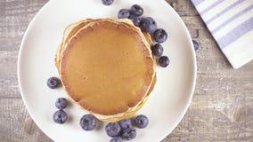 慢动作薄煎饼早餐用莓果和蜂蜜顶视图 影视素材