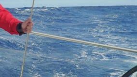 慢动作观点的驾游艇者在游艇航行船尾的行动时在大西洋 股票录像